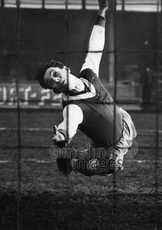 Torwart im Flug ullstein bild - Lothar Ruebelt/Timeline Images #1933 #Fußball #Fussball #Football #Soccer #AssociationFootball #GoalKeeper #Goal #Tor #Netz #Fußballspiel