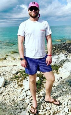 FRAT DUDE FOOT GEAR Mode Masculine, Bare Men, Preppy Men, Barefoot Men, Beard Styles For Men, Mens Flip Flops, Male Feet, Preppy Outfits, Man Swimming