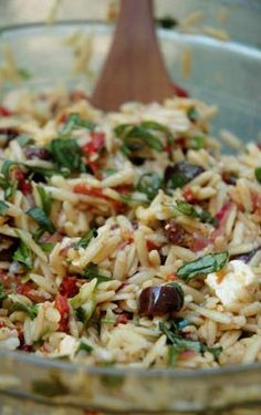 use ww orzo instead.Orzo Salad with Sun-Dried Tomatoes, Roasted Peppers, Black Olives, and Feta Cheese Vegetarian Recipes, Cooking Recipes, Healthy Recipes, Diet Food To Lose Weight, Feta Cheese Recipes, Cheese Food, Roasted Peppers, Summer Salads, Bbq Salads