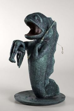 Escultura em resina e fibra com acabamento em patina esverdeada e inclusão de outros elementos