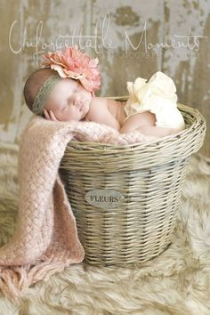 This is such a sweet newborn photo session idea. I love the props, colors, and the set up. {Baby #cute baby #Lovely baby #Lovely Newborn  http://lovelynewbornphotosflavie.blogspot.com