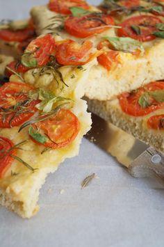 Original italienische Focaccia mit Tomaten und Kräutern - einfachstes Rezept Kraut, Bruschetta, Veggies, Favorite Recipes, Ethnic Recipes, Food, Vegan Baking, Kochen, Vegan Recipes For Kids