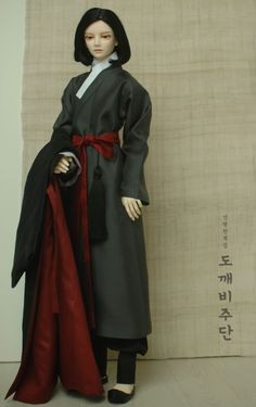 저승사자 의상 흑운입니다. 검정색, 먹색과 함께 안감과 허리대대에 어두운 빨강, 자주색을 써서 고급스러... Korean Traditional Dress, Traditional Dresses, Fast Fashion, Modern Fashion, Modern Hanbok, Mode Editorials, Korean Art, Hanfu, Blue Moon
