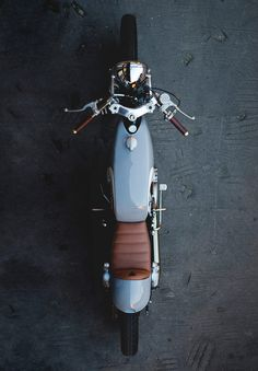 The English workshop Auto Fabrica is making a name for itself with sleek, understated custom motorcycles — like this beautiful Yamaha Honda Motorcycles, Vintage Motorcycles, Custom Motorcycles, Custom Bikes, Custom Motorcycle Helmets, Motorcycle Design, Women Motorcycle, Moto Scrambler, Sr 500
