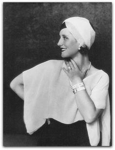 """"""" Norma Shearer ... uma pessoa, um pouco tímida de aparência tranquila, modesta, despretensiosa, e muito cuidadosa para chegar a cor certa e a linha certa. """"  http://sergiozeiger.tumblr.com/post/99680553898/se-voce-estiver-assistindo-um-filme-elegante-e"""