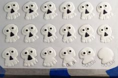 Skull royal icing transfers are fun, goofy and will add instant personality to your cookies and cupcakes. Why buy them when you can make them with the kids! Royal Icing Templates, Royal Icing Transfers, Cake Decorating Tips, Cookie Decorating, Crane, Royal Icing Decorations, How To Make Cookies, Edible Art, Halloween