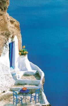 46fd2c219ffa136c29786c9e472aa3ec--blue-tables-santorini-island-greece.jpg (736×1150)