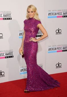 2012 AMA's Carrie Underwood Carrying Jill Milan 450 Sutter Clutch in Gold.