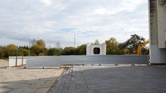 У Драмтеатра строители приступили к реконструкции. Напомню, что его реконструкция будет проходить в несколько этапов: строительство технического здания, ремонт фасада, внутренние работы, реконструкция площади и фонтанов.  Общая стоимость работ - около полумиллиарда рублей.