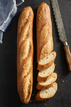 Classic Baguettes Bakealong - Flourish - King Arthur Flour: You don't need to travel to Paris (or even your local bakery) for a crisp/crackly, fresh-baked baguette. Take our Classic Baguettes Bakealong challenge now! Bread Bun, Easy Bread, Bread Rolls, Pan Baguette Receta, Baguette Bread, Bread And Pastries, French Baguette Recipe, Baguette Recipe Bread Machine, Bread Recipes