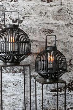 Knus en romantisch, voor binnen en buiten. Deze lantaarn Gozo Large van het merk Light & Living is sfeervol voor binnen en voor buiten en brengt de avond tot leven.
