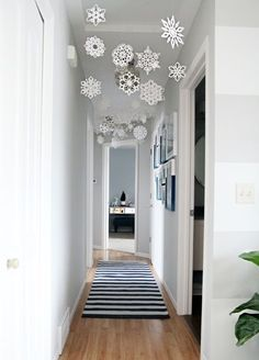 10 Times Paper Snowflake Decorations Actually Looked Pretty Fancy. A pretty hang… 10 Times Paper Snowflake Decorations Actually Looked Pretty Fancy. A pretty hanging hallway display crafted by I Heart Organizing. All Things Christmas, Christmas Home, Christmas Holidays, Christmas Hallway, Christmas Ornaments, How To Decorate For Christmas, Christmas Lights, Christmas Paper, Christmas Vacation