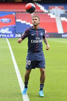 Neymar Photos - Neymar juggles after he posed with his new jersey after a press conference with Paris Saint-Germain President Nasser Al-Khelaifi on August 2017 in Paris, France. Neymar signed a 5 year contract for 222 Million Euro. - Neymar Signs For PSG Neymar 2017, Neymar Psg, Neymar Football, Football Players, New Year New Beginning, Soccer World, Football Boots, Soccer Cleats, Sexy Men