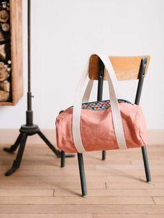 Dezente Tasche aus hochwertigem Material, die wir nicht nur als Sporttasche benutzen würden. Gibt es bei Etsy.