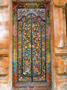 Bali, Indonesia - Puerta con decorado floral en la totalidad de su superficie