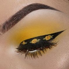YELLOW ROSE LINER TAG A HOMIE WHO WOULD ROCK THIS ------------------------------------------ DEETS: @katvondbeauty pastel goth eyeshadow palette, @sugarpill butter cupcake eyeshadow, @katvondbeauty tattoo liner, @danessa_myricks color fix for the roses. (USE CODE: JANEEN20 for $off) Lashes are @houseoflashes iconic. BROWS: @anastasiabeverlyhills brow powder duo in shade ebony applied with a #12 brush. ------------------------------------------ #katvondbeauty #eyeshadow #makeup #katvond ...