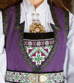 Bunad og Stakkastovo AS European Costumes, Sampler Quilts, Hardanger Embroidery, Traditional Outfits, Seed Beads, Norway, Scandinavian, Nice Clothes, Diy And Crafts