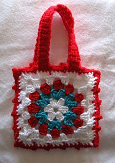I just love this Little Granny Bag free pattern from The Royal Sisters blog (also on Ravelry!) Sweet and simple! Sew a simple liner and wouldn't this make a great gift bag turned tote bag? Another quick gift! �_(?)_/�.