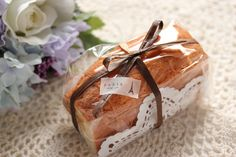 A simple show wrapping for gifts of baked goods mam Cake Boxes Packaging, Bake Sale Packaging, Brownie Packaging, Baking Packaging, Bread Packaging, Dessert Packaging, Food Packaging Design, Dessert Boxes, Baking Business