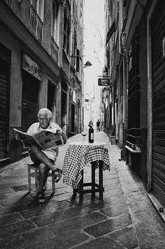 "the inspiration - italia, sweet alleyway titled ""retirement"" Journal Photo, Street Photography, Art Photography, People Reading, Italian People, Italian Man, Photo Vintage, Vintage Italy, Jolie Photo"