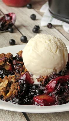 Peach Blueberry Crisp With Vanilla Ice Cream | YummyAddiction.com