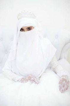 Beauty muslim bride # peçe nikab nikap nikabis kapalı çarşaf hicab hijab tesettür gelin düğün wedding Muslimah Wedding Dress, Muslim Brides, Pakistani Bridal Dresses, Pakistani Wedding Dresses, Muslim Couples, Wedding Hijab Styles, Niqab Fashion, Bridal Hijab, Islam Women