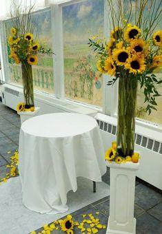 Beautiful Flowers and Unique Sunflower Wedding Decorating Ideas Sunflower Wedding Centerpieces, Wedding Cake Decorations, Wedding Flowers, Table Decorations, Sunflower Weddings, Wedding Veils, Wedding Bouquets, Sunflower Colors, Sunflower Party