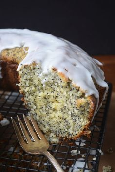 Grapefruit Poppy Seed Cake--this citrusy bundt cake is packed to the gills with the essence of fresh grapefruit and positively loaded with poppy seeds. Baking Recipes, Cake Recipes, Dessert Recipes, Grapefruit Recipes Dessert, Grapefruit Cake, Just Desserts, Delicious Desserts, Yummy Food, Tea Cakes
