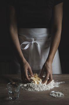 En passant par la Lorraine Poursuivons la balade gourmande jusque dans le « Grand-Est » et faisons cette fois une halte au pays de la mirabelle puisqu'aujourd'hui, je vous propose la recette traditionnelle de l'incontournable quiche lorraine. Aucun doute,...