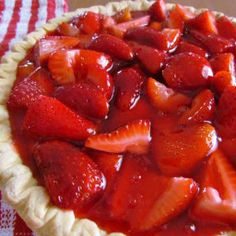 Copycat Shoney's Strawberry Pie recipe: This Copycat Shoney's Strawberry Pie is a favorite summer dessert recipe! It is so easy to make and is perfect served with a dollop of fresh whipped cream! Shoneys Strawberry Pie, Strawberry Glaze, Strawberry Recipes, Big Boy Strawberry Pie Recipe, Köstliche Desserts, Delicious Desserts, Yummy Food, Great Recipes, Favorite Recipes