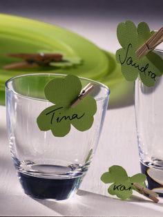 Grünes TonpapierWaschklammerFilzstiftAus Tonpapier ein Kleeblatt ausschneiden und mit einer hölzernen Wäscheklammer am Glas anklipsen.