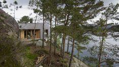 De tar morgenbad direkte fra hytta – åtte-ti meter ned i sjøen - Aftenposten Bungalow, Cabin, Architecture, House Styles, Plants, Inspiration, Image, Home Decor, Nature