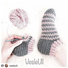 Bilekten başlamalı patik çorap Tuvit modelini uygulamış Ama bir h - Oyalar Knitting TechniquesKnitting HumorCrochet ProjectsCrochet Bag Chunky Crochet, Hand Crochet, Knit Crochet, Crochet Baby Boots, Crochet Clothes, Crochet Slipper Pattern, Crochet Patterns, Knitting Socks, Hand Knitting