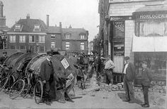 Het leggen van de eerste elektriciteitskabel door de Hoogstraat, bestemd voor de Stadsgehoorzaal aan de Breestraat. Op de hoek van de Nieuwe Rijn juwelier Van Maartense (1907).