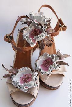 Клипсы для обуви из натуральной кожи 'Махровый шиповник'.