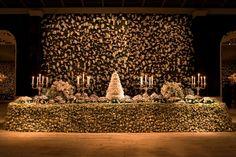 Quando vamos tratar de toda parte da concepção artística floral de um casamento, temos sempre dois momentos: a festa como um todo e a tão sonhada mesa de doces, que é sempre um show a parte.