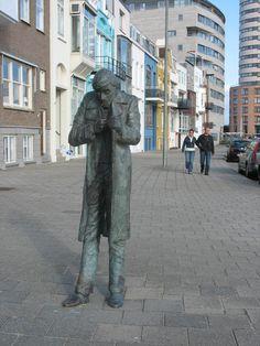 """""""Man met sigaret"""" Een bronzen beeld, uit de serie Mens, Weer en Wind van de kunstenaar Herman Bisschop (Aardenburg). Het is geplaatst in 1985 op Boulevard Evertsen. Vlissingen, Zeeland"""
