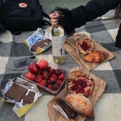 food n vino picnic Brunch, Food Porn, Picnic Date, Summer Picnic, Tasty, Yummy Food, Food Goals, Aesthetic Food, Cute Food