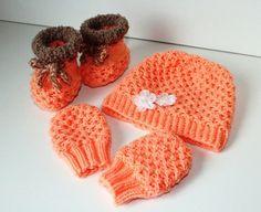 Jetzt Baby-Set stricken: Schnapp Dir die Wolle + dann strick los, denn so ein süßes Baby-Set brauchst Du unbedingt für Dein Kind // Enkelkind. Probiers aus.
