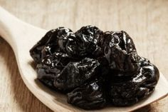 Ameixa preta possui propriedade laxativa que desincha a barriga e garante saciedade