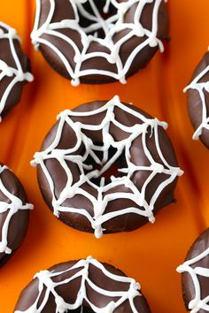 Pumpkin Spice Chocolate Donuts are chocolate cake mix donuts made with pumpkin puree added in and a pumpkin spice glaze. Chocolate and pumpkin spice is such a great flavor combo. Halloween Snacks, Halloween Donuts, Hallowen Food, Halloween Baking, Halloween Punch, Halloween Chocolate, Halloween Dinner, Spooky Halloween, Outdoor Halloween