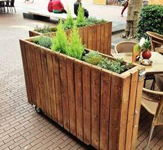 Plantenbak als terrasafscheiding. Verplaatsbaar op wieltjes, zodat je met bezoek de zitruimte kunt vergroten. Van www.houtvanmij.nl.