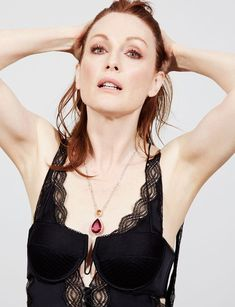 Actress Julianne Moore gets her closeup on the May 2016 cover of Grazia Italy. Wearing a sparkling pair of Chopard earrings, the redhead stuns for the lens… Julianne Moore, Catherine Deneuve, Christopher Campbell, Lace Camisole Top, Actrices Hollywood, Jessica Chastain, Tips Belleza, Best Actress, Fashion Branding
