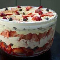 Depois do Naked Cake,  chegou o Trifle Cake para alegrar nossas vidas!!! É um bolo meio pavê... Pode ir pra mesa do Parabéns com velinha e tudo, ou virar sobremesa geladinha e deliciosa!  Qualquer um poderá preparar! Que tal essa receita na reestrèia do #panelaminha?  #novidade #instafood #embrevenoblog #gordelicia