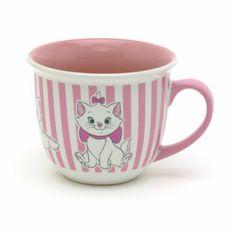 Ahora, los descansos para tomar una bebida caliente serán aún más divertidas con esta atractiva taza de Marie con diseño a rayas y la gatita más mimada de Los Aristogatos en tres adorables poses.