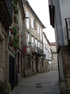 Rúa do Castro, su nombre hace alusión a los orígenes de la ciudad. Santiago de Compostela.