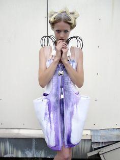"""The """"Pseudomorphs"""" de Anouk Wipprecht, robe colorée grâce à de l'air comprimé qui envoie différentes encres à travers les câbles, le tissus absorbe et réagit à la couleur de façon incontrôlée"""