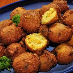 Southern Recipes Hot and Spicy Hush Puppies Recipe – Cornmeal and buttermilk with jalapeno peppe… Hush Puppies Rezept, Hush Puppies Recipe Jiffy, Baked Hush Puppies, Jalapeno Recipes, Appetizer Recipes, Appetizers, Def Not, Think Food, Snacks