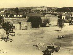Beş taştan Beşiktaş'a / Beşiktaş meydanı   Adını, Barbaros Hayrettin Paşa'nın gemilerini bağlaması için yaptırdığı beş büyük taş sütundan aldığı rivayet edilen Beşiktaş'ın fotoğraftaki hali; bir megakent semtinden çok bir köyü andırıyor. Bugün meydanın ve otobüs duraklarının bulunduğu bölge, toprak zeminde de olsa bir nevi meydan görevi görüyordu. Boğaziçi kıyılarına yapılan ilk yerleşimlerden biri olan Beşiktaş, özellikle Karadeniz'in Osmanlı egemenliğine girmesi ile gelişmeye başladı…