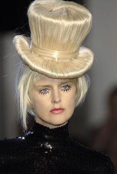 Jean Paul Gaultier at Couture Fall 2006.  (Zie ook de details foto's van Jean Paul Gaultier, Haute Couture Spring 2012)  Ben weg van de leuke indrukwekkende  details van JPG :)